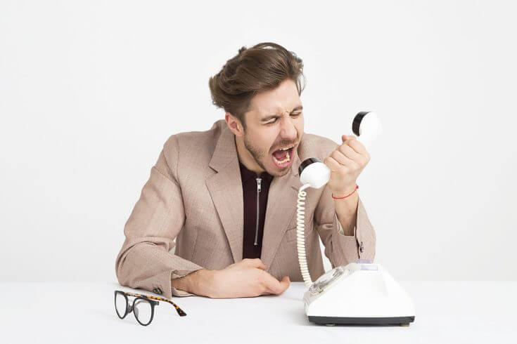 受話器に吠える男性