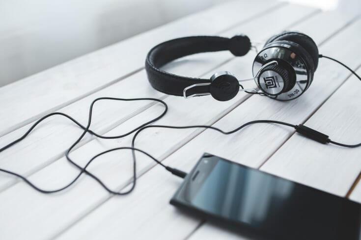 4. 旅行英会話は耳で身につける!リスニング教材を利用する