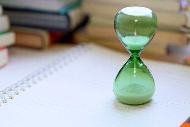 時間配分をするための砂時計のイメージ画像