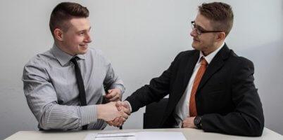 海外の人と握手をする画像