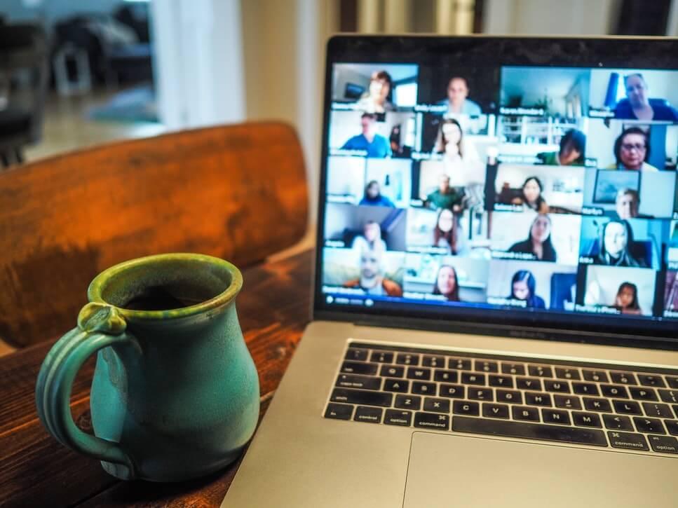 海外の人とオンラインで会議をするイメージ画像