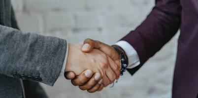 握手する画像